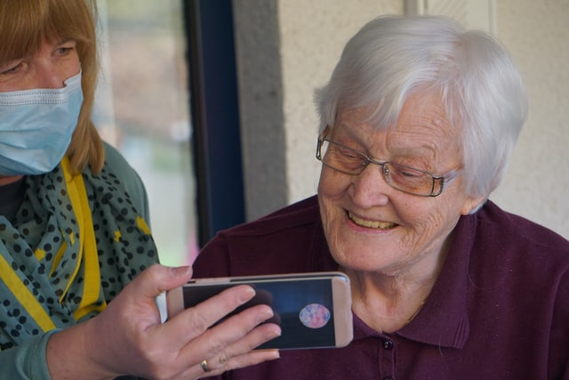 Helping seniors how to use a phone bears many benefits